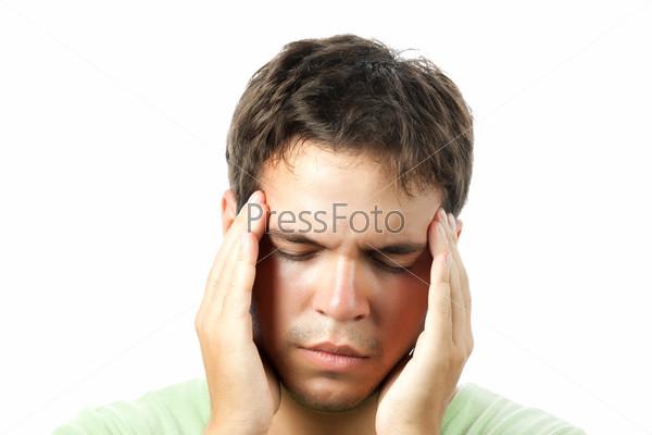 Портрет молодого человека с головной болью на белом фоне