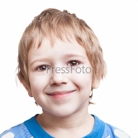 Портрет красивого улыбающегося счастливого мальчика