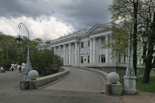 Елагин дворец в Центральном парке на Елагином острове в Санкт-Петербурге