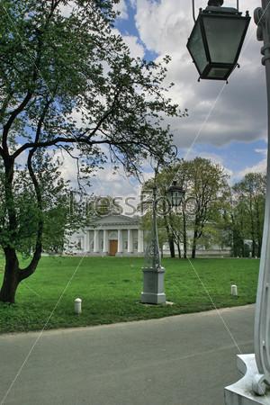 Здание кухонного корпуса Елагина дворца в Центральном парке на Елагином острове в Санкт-Петербурге