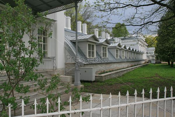 Здание оранжереи Елагина дворца в Центральном парке на Елагином острове в Санкт-Петербурге
