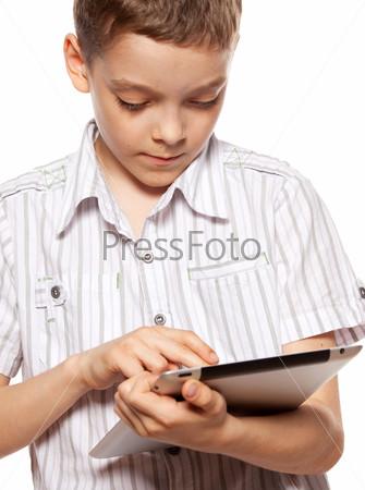 Мальчик играет на планшетном компьютере
