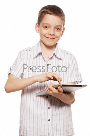 Мальчик играет на планшетном компьютере, изолировано на белом фоне