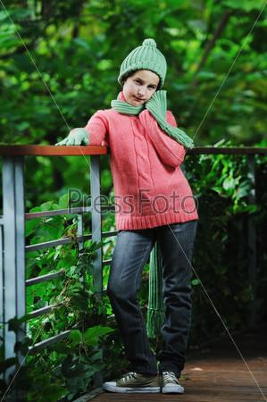 Портрет красивой девочки в теплой одежде