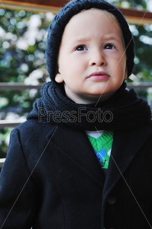 Стильный мальчик на открытом воздухе