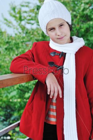 Стильная девочка на открытом воздухе