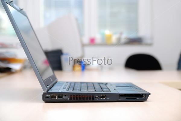 Ноутбук на рабочем столе