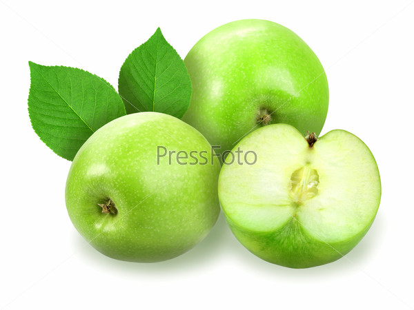 Спелые яблоки с зелеными листьями на белом фоне. Крупным планом