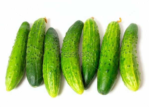 Свежие зеленые огурцы, изолированы на белом фоне