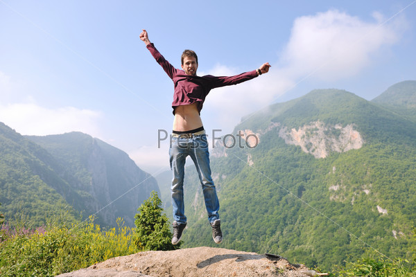 фото прыгающего человека
