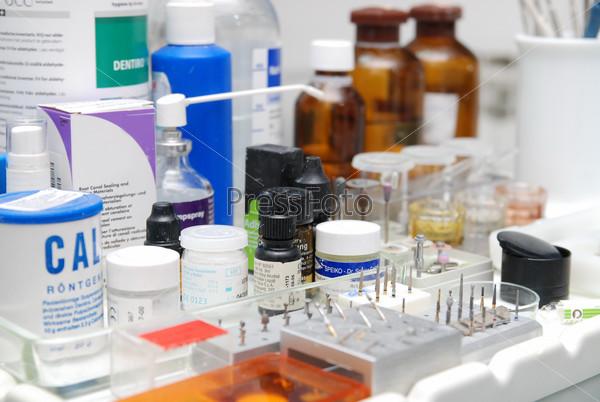 Стоматологические инструменты и медикаменты
