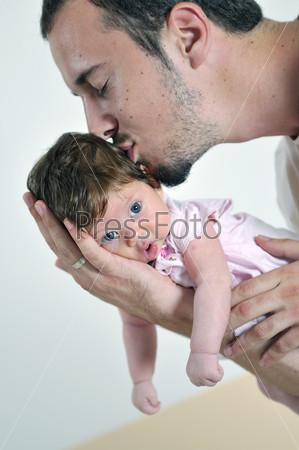 Отец держит на руках свою маленькую дочку