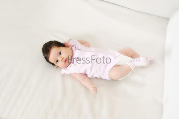 Портрет маленькой девочки, лежащей на спинке