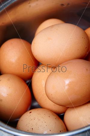 Коричневые яйца в кастрюле