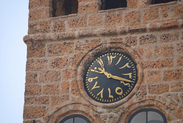 Часы на стене католической церкви в Боснии и Герцеговине