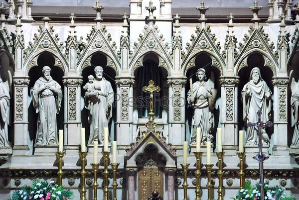 Внутри католической церкви