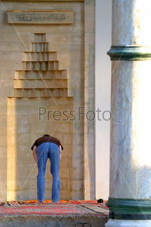 Человек молится в мечети, Турция