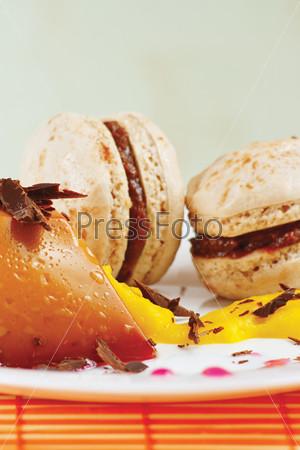 Макаруны и карамельный пудинг на тарелке