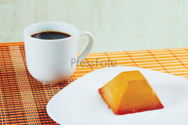 Кофе и карамельный пудинг на тарелке