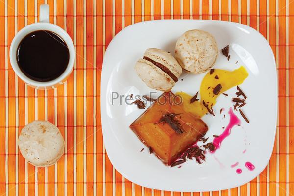 Кофе, макаруны и карамельный пудинг на тарелке