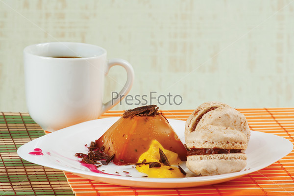 Кофе, макаруны, карамельный пудинг на столе