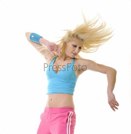 Молодая красивая женщина танцует на белом фоне