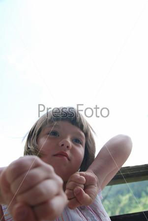 Симпатичная маленькая девочка на открытом воздухе