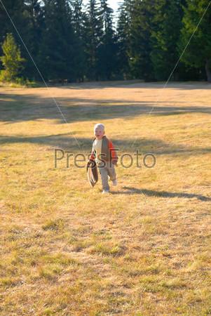 Маленький мальчик на открытом воздухе