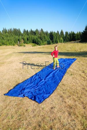 model imitation on blue carpet