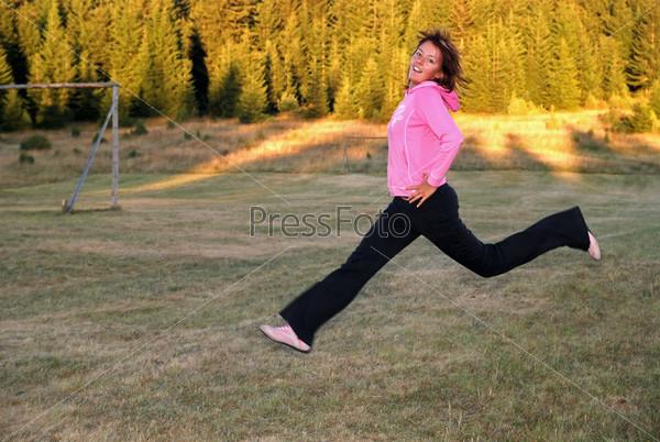 Молодая женщина в прыжке на открытом воздухе
