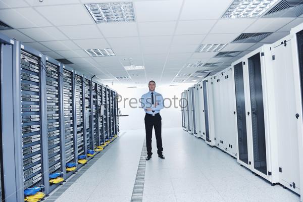 Молодой инженер в серверной комнате центра обработки данных