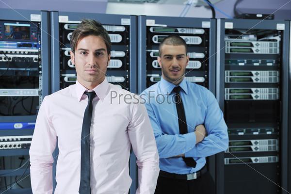 Два инженера в серверной комнате