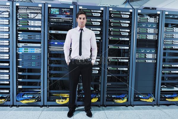 Инженер в серверной комнате