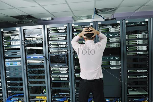 Инженер в серверной комнате пытается наладить работу системы