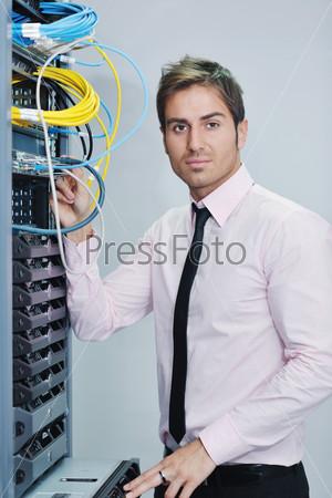 Инженер в серверной комнате пытается устранить неполадки