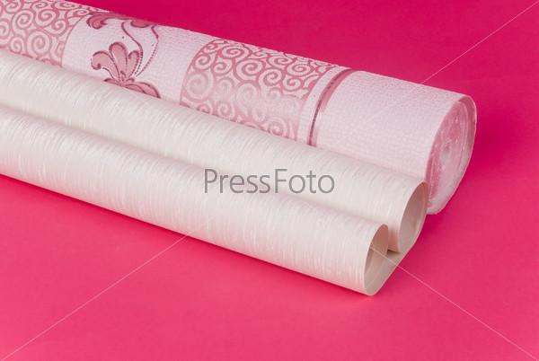 Рулон обоев на розовом фоне