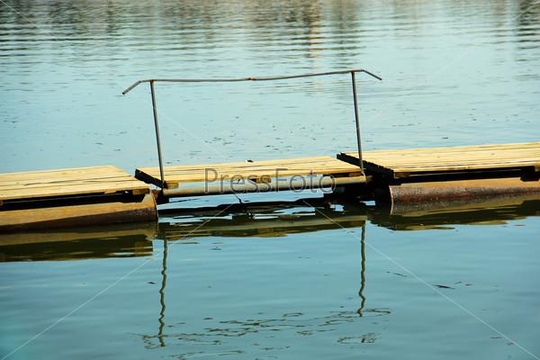 Небольшой самодельный пирс на озере