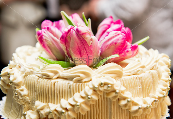 Wedding cake decorated with pink tulips