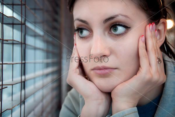 Грустная девушка у окна