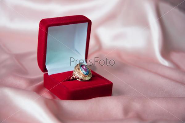 Золотое кольцо в красной подарочной коробке