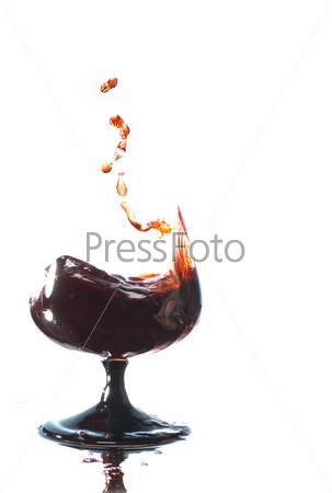 Бокал с вином на белом фоне