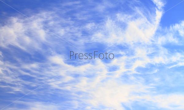 Синее небо с облаками