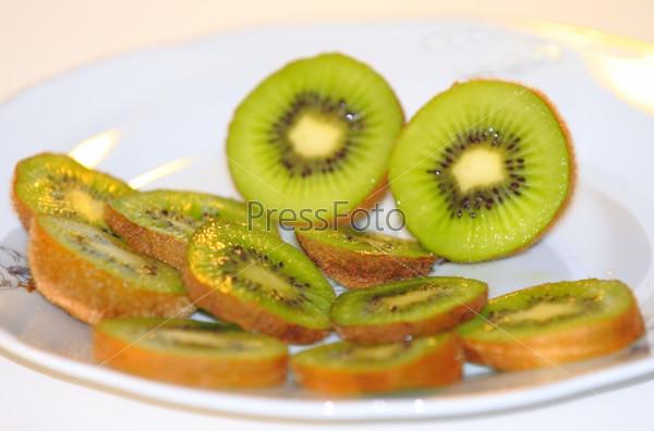 Плоды киви на тарелке