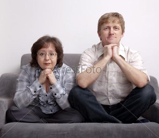 Взрослая пара на диване
