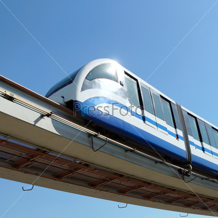 Поезд на фоне синего неба