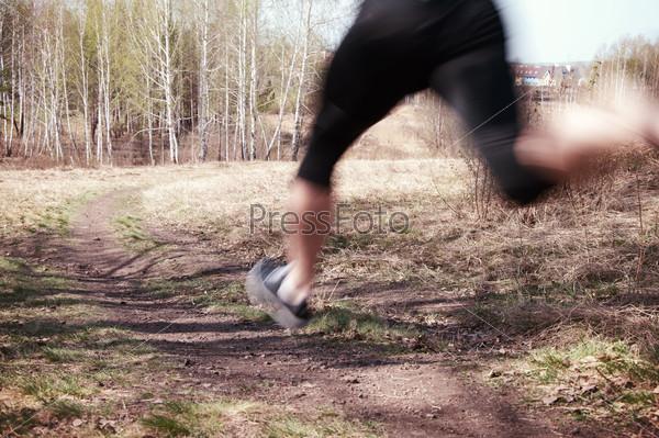 Мужчина бежит на открытом воздухе