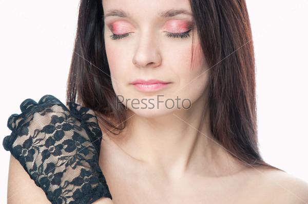 Красивая женщина с закрытыми глазами на белом фоне