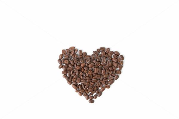 Символ сердца из кофейных зерен, изолированный на белом фоне