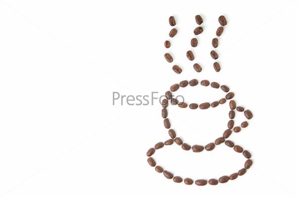 Чашка кофе, выложенная из кофейных зерен на белом фоне