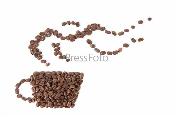 Чашка кофе из кофейных зерен, белый фон